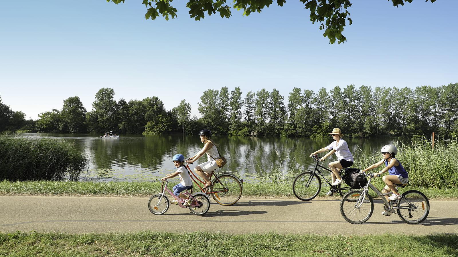 Cyclistes sur la Voie Bleue à Saint Jean de Losne
